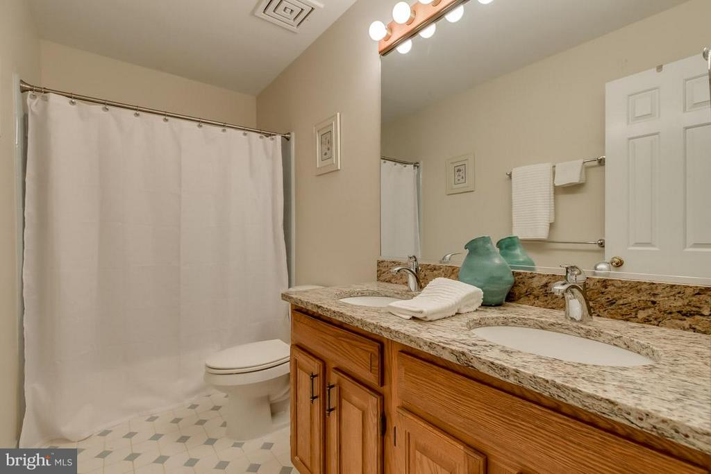 Upper level full bathroom with dual vanities - 9879 HEMLOCK HILLS CT, MANASSAS