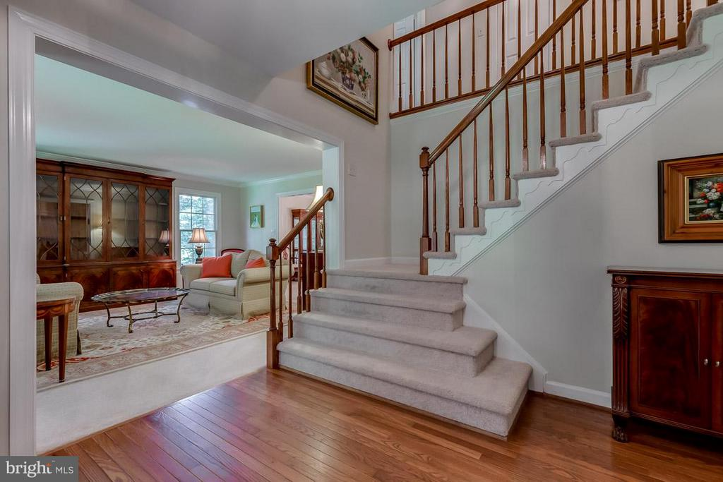 Impressive foyer greets your guests - 9879 HEMLOCK HILLS CT, MANASSAS