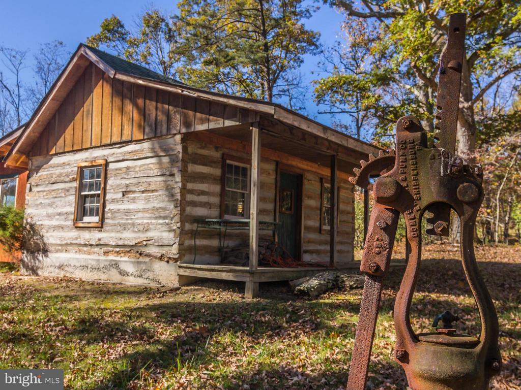 Log Cabin - 3401 BACK MOUNTAIN RD, WINCHESTER