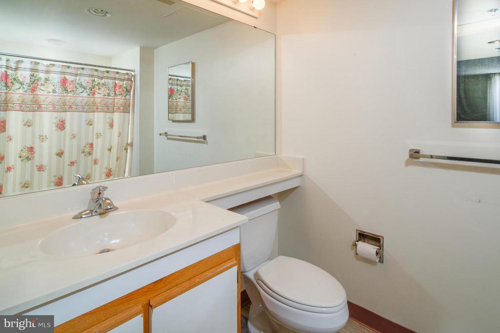 Second Master En Suite Bath - 900 TAYLOR ST #1225, ARLINGTON