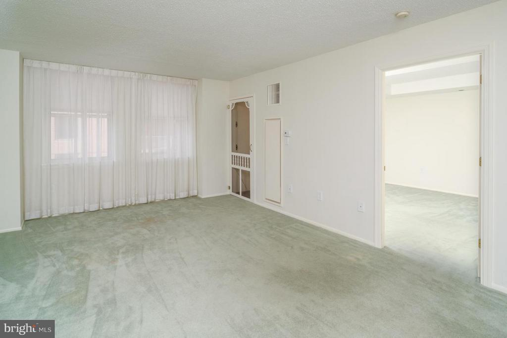 Sunlit living/dining room with access to deck. - 900 TAYLOR ST #1225, ARLINGTON