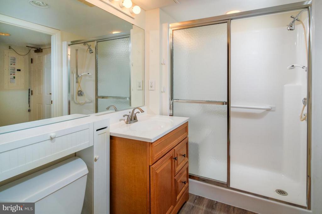 En suite master bath with new flooring. - 900 TAYLOR ST #1225, ARLINGTON