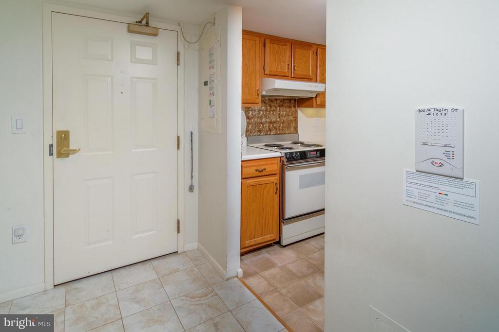 Foyer entrance with remote door opener. - 900 TAYLOR ST #1225, ARLINGTON