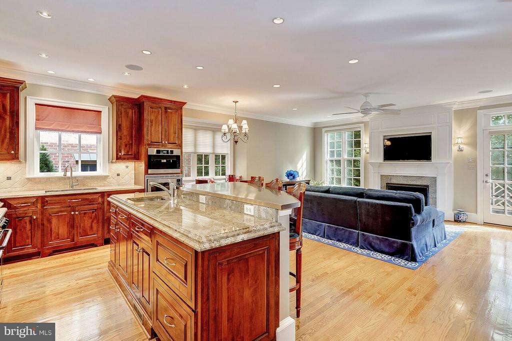 Kitchen w/ Granite Counter Tops & Sub-Zero Fridge - 2323 N RIDGEVIEW RD, ARLINGTON