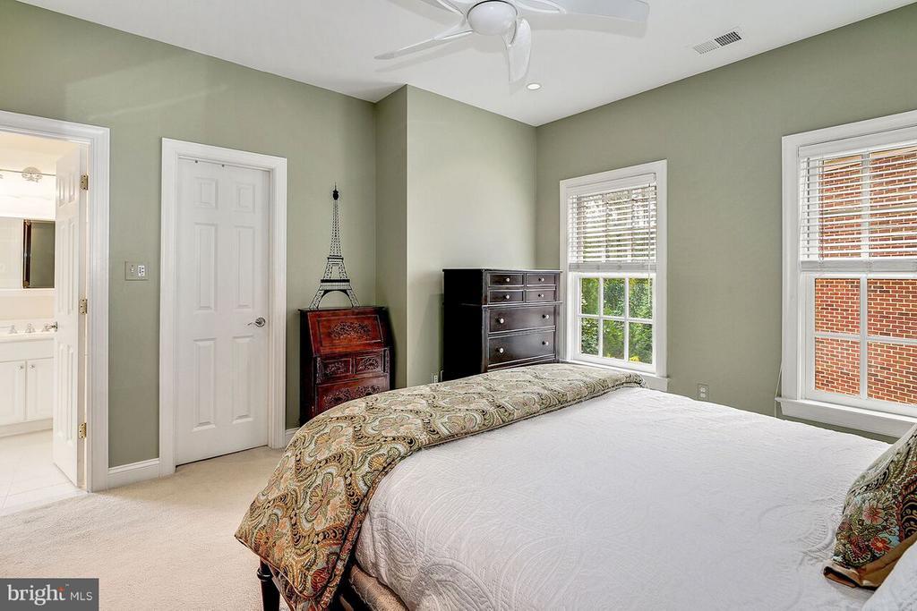 En-Suite Bedroom #3 - 2323 N RIDGEVIEW RD, ARLINGTON