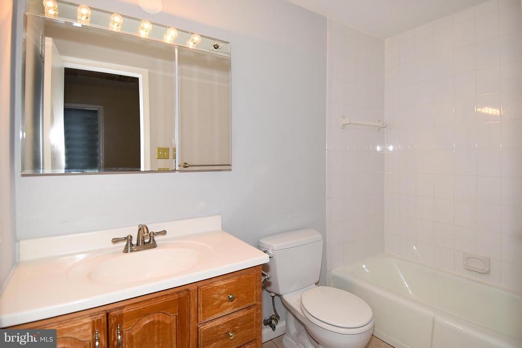 Upper Level Hall Bath w/Tub & Shower - 6024 FRANCONIA RD, ALEXANDRIA
