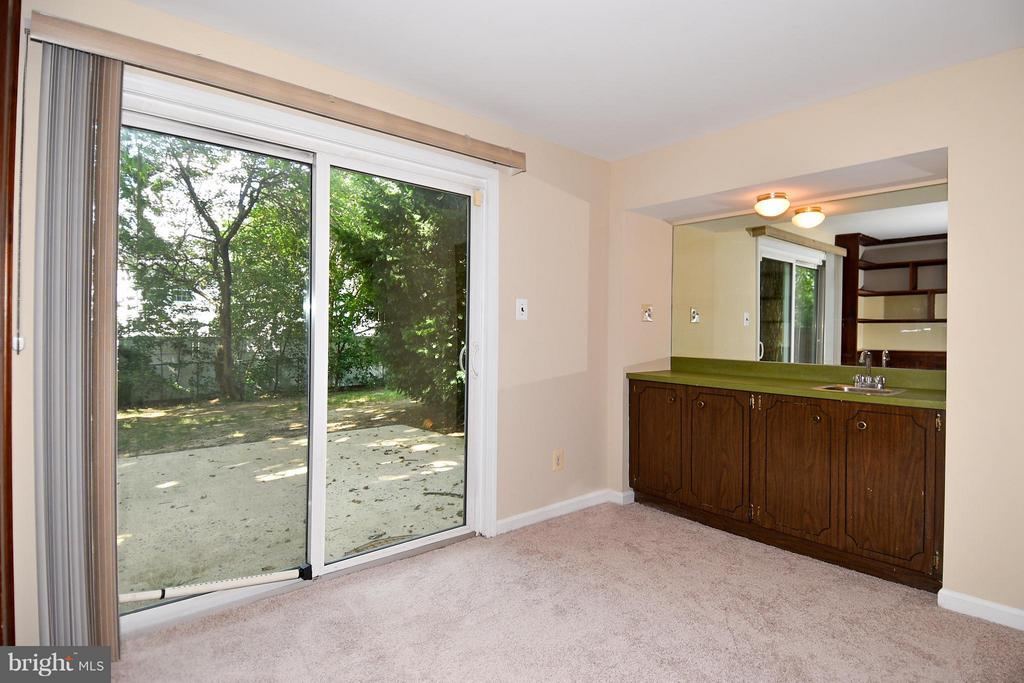 Family Room w/Wet Bar Looking to Back Patio - 6024 FRANCONIA RD, ALEXANDRIA