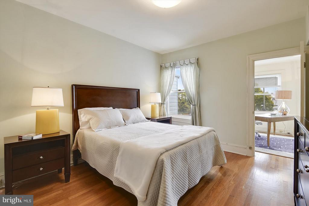 Roomy MBR with Double Closets - 1622 ALLISON ST NW, WASHINGTON