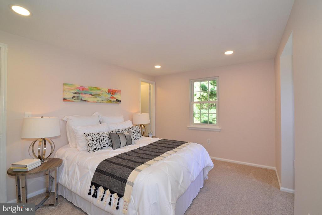 Owner's Suite with new carpet, paint and lights. - 30 DORRELL CT, STERLING