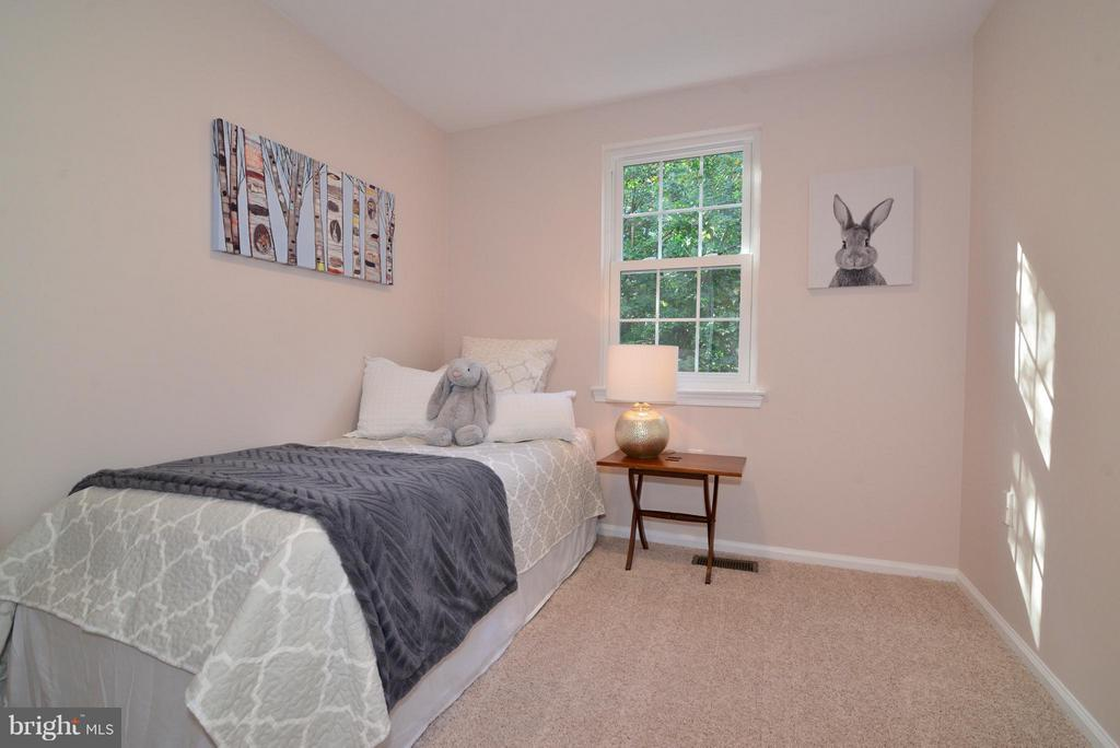 Bedroom #3 has new carpet, paint and lighting. - 30 DORRELL CT, STERLING