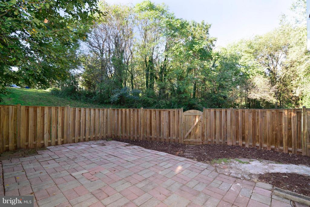 Kitchen leads to fully-fenced back patio. - 30 DORRELL CT, STERLING
