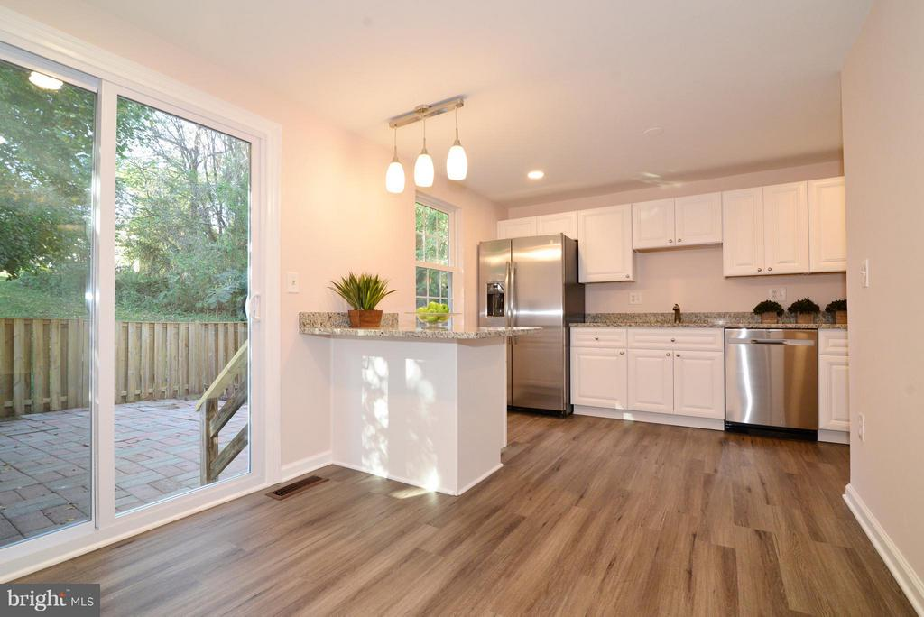 Bright and spacious kitchen with new cabinets! - 30 DORRELL CT, STERLING