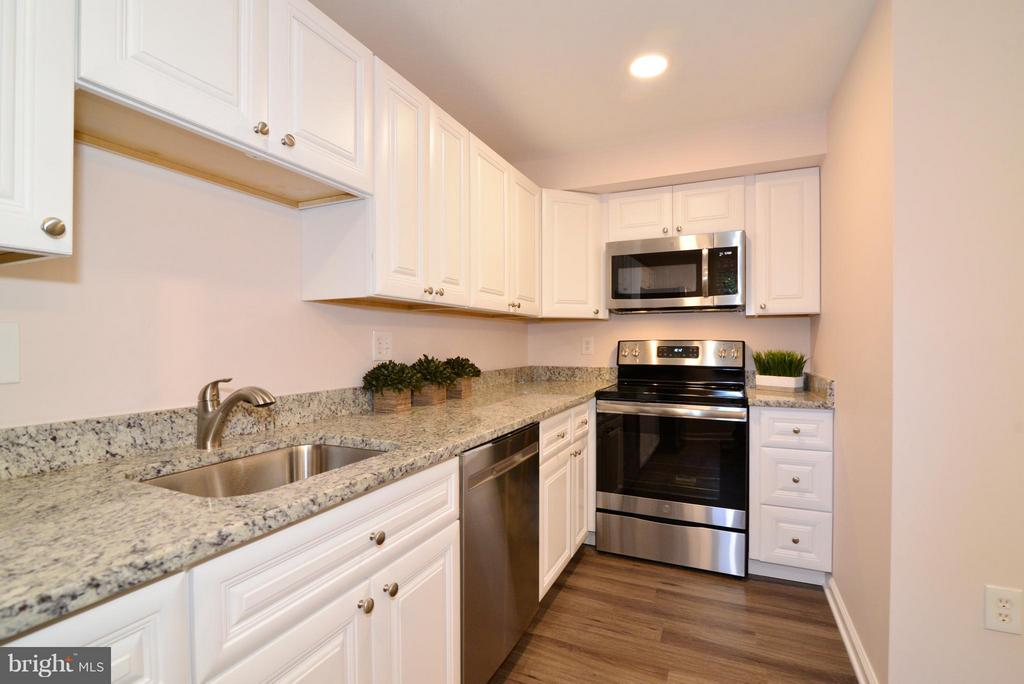 Kitchen with new stainless steel appliances. - 30 DORRELL CT, STERLING