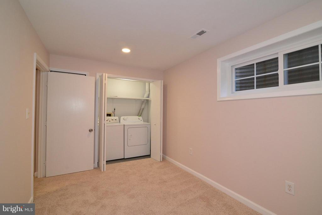 Extra lower level room with washer and new dryer! - 30 DORRELL CT, STERLING