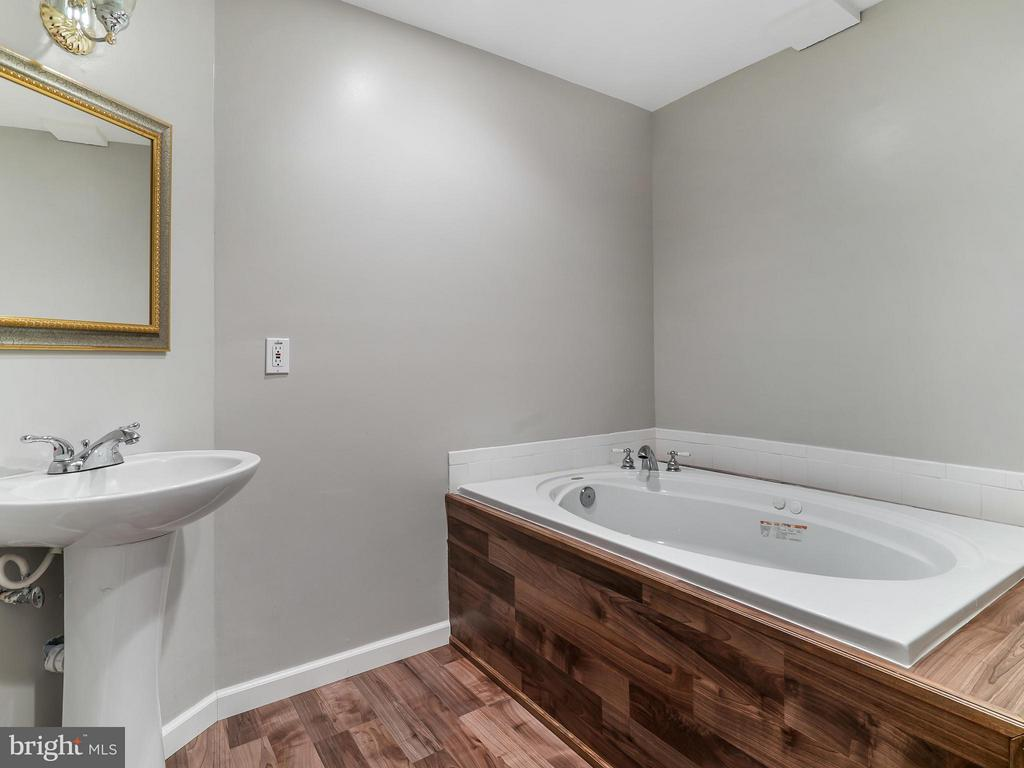 Basement Bath with Jetted Tub - 4406 BIRCHTREE LN, TEMPLE HILLS