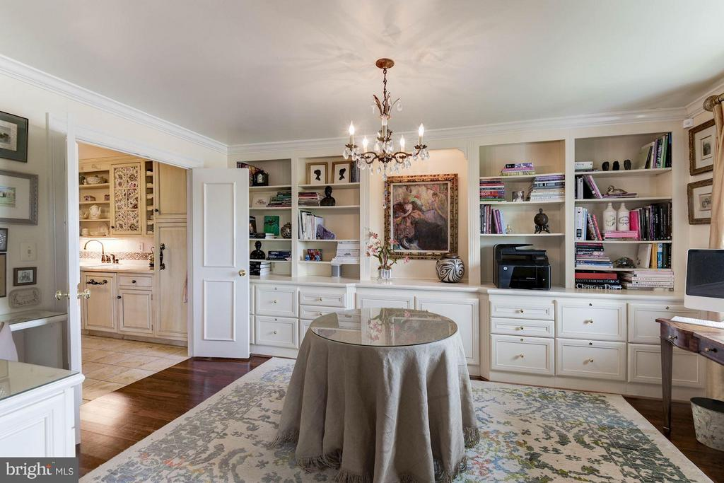 Library with built in cabintry - 1250 WASHINGTON ST S #510 AND 508, ALEXANDRIA