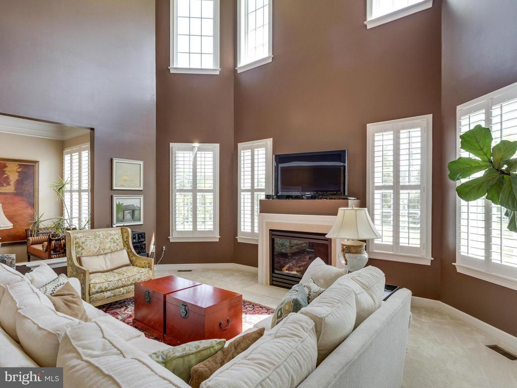 Open 2 Story Family Room w/gas FRP - 1355 VERRIER CT, VIENNA