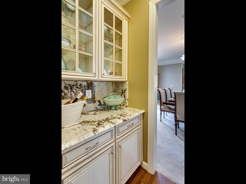 Butler Pantry for Easy Entertaining - 1355 VERRIER CT, VIENNA