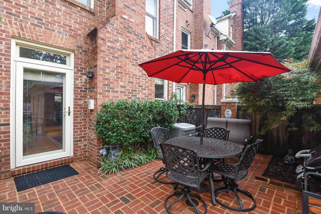Privacy galore! - 2626 FAIRFAX DR, ARLINGTON