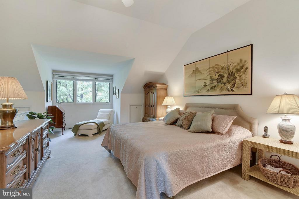 Master Bedroom with high ceilings. - 2626 FAIRFAX DR, ARLINGTON