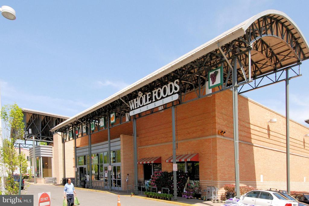 Whole Foods, Starbucks, Barnes & Noble nearby - 2626 FAIRFAX DR, ARLINGTON
