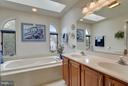Soaking tub. Separate shower. - 2626 FAIRFAX DR, ARLINGTON
