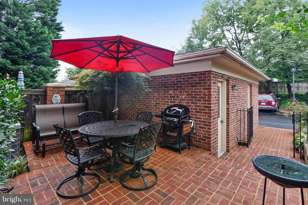 Private rear brick patio..great for grilling - 2626 FAIRFAX DR, ARLINGTON