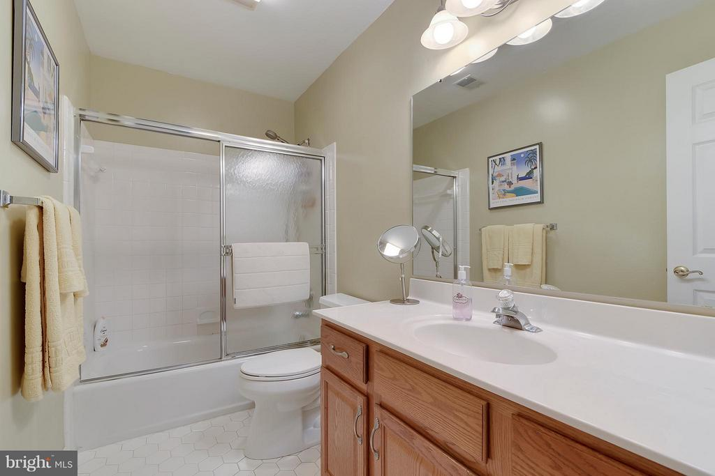 Bath - 2626 FAIRFAX DR, ARLINGTON