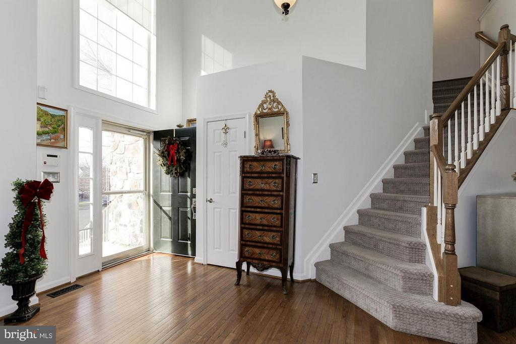 Welcome to a grand 2-story foyer - 47564 HIDDEN COVE CT, STERLING