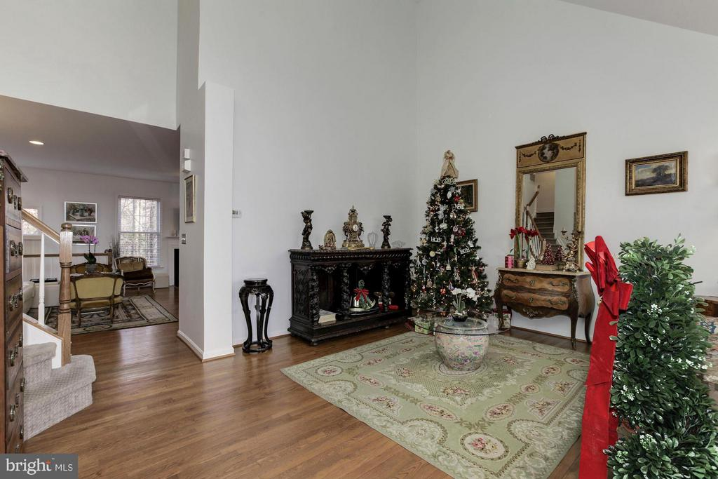 with Elegant Hardwood Floors thru out - 47564 HIDDEN COVE CT, STERLING