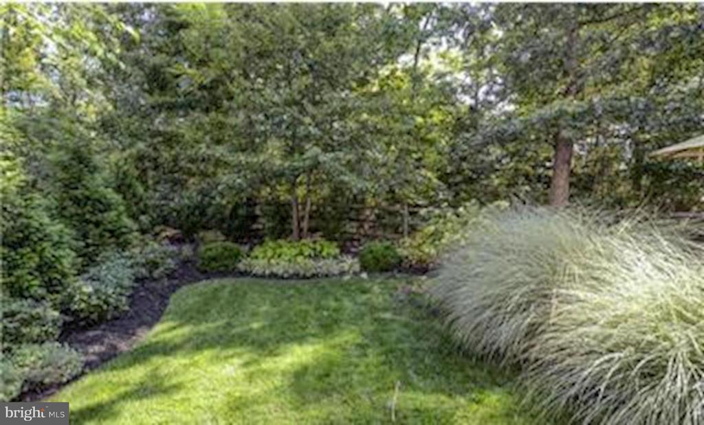 Beautiful Landscaping with Rear Full Fence - 47564 HIDDEN COVE CT, STERLING