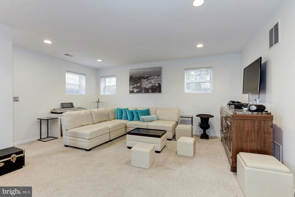 with Recessed lights and Load of Natural Light - 47564 HIDDEN COVE CT, STERLING