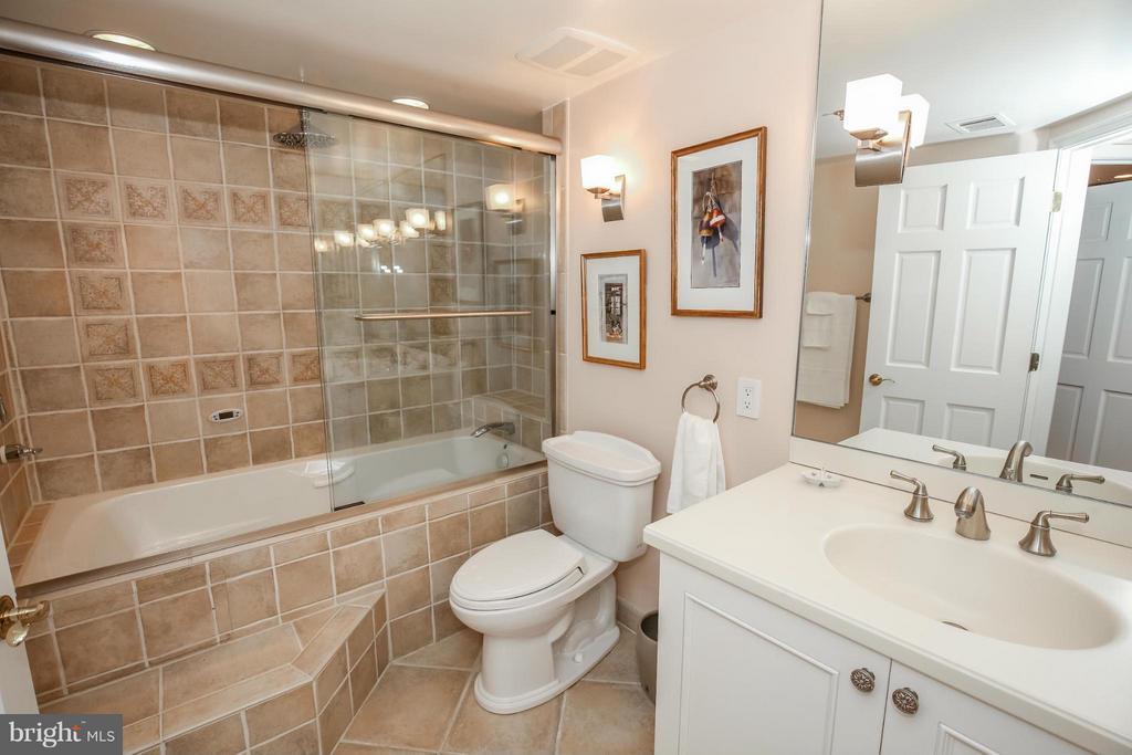 Bath - 1401 OAK ST #605, ARLINGTON