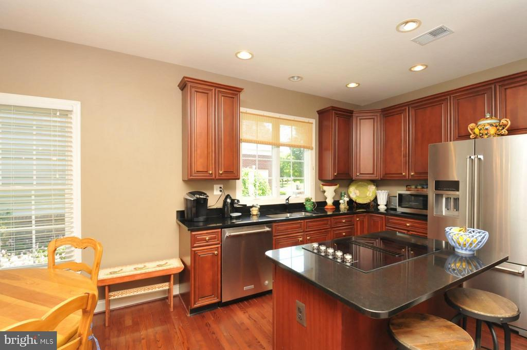 Gourmet Kitchen w/Top of the line Cherry Cabinets - 19849 BETHPAGE CT, ASHBURN