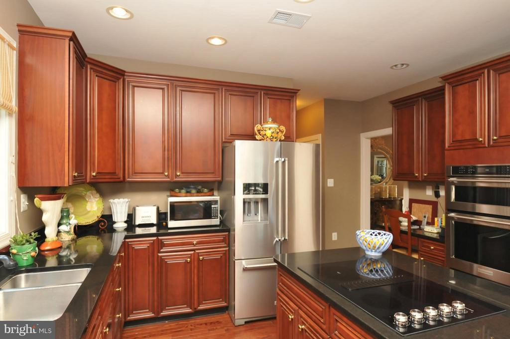 Granite Countertops w/New SS Kitchenaid Appliances - 19849 BETHPAGE CT, ASHBURN
