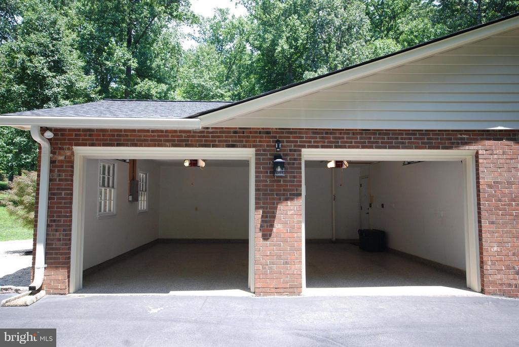 2 car garage w epoxy flooring and LED lighting - 11905 CHAPEL RD, CLIFTON