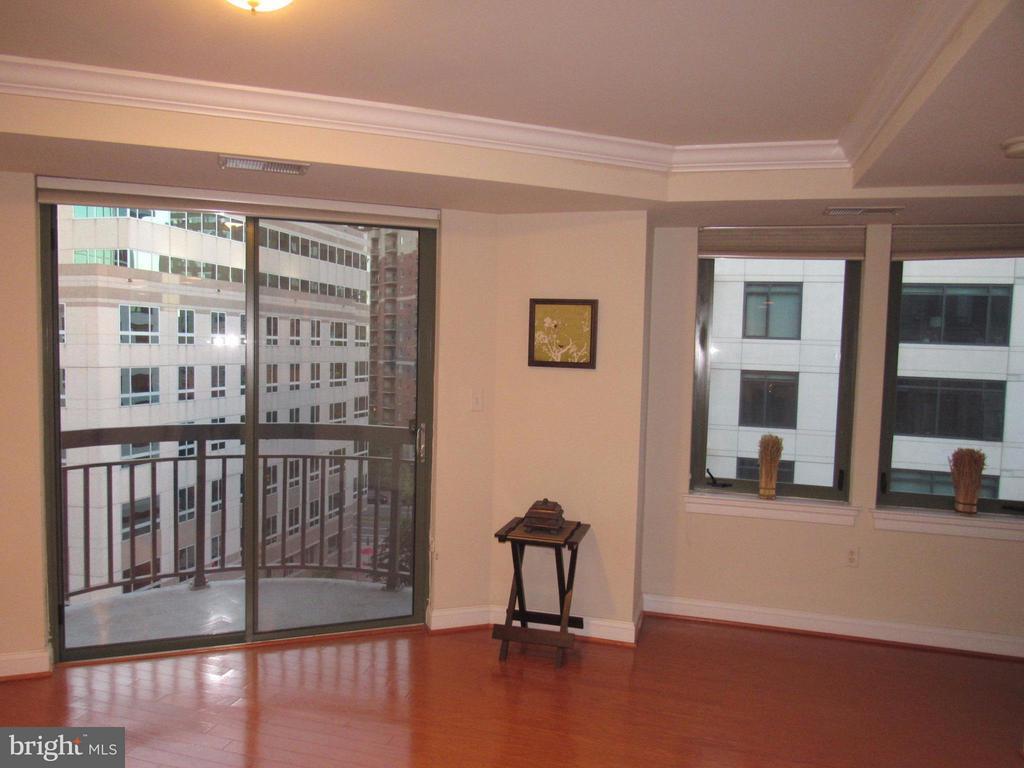 Living room with corner balcony - 3625 10TH ST N #803, ARLINGTON