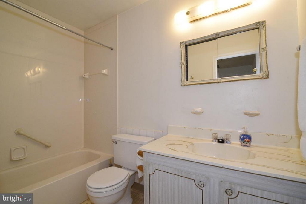 Hall Bath - 8511 FORRESTER BLVD, SPRINGFIELD