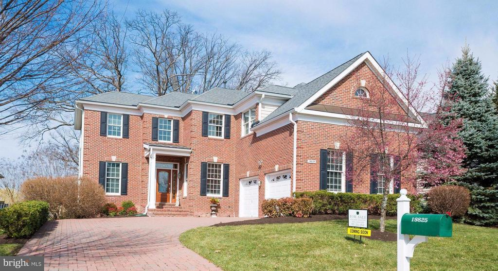 Federal styled Villa with paver driveway - 19825 BETHPAGE CT, ASHBURN