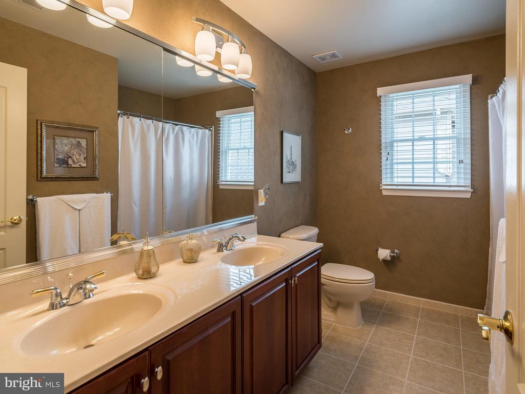 Upper level hall bath - 19825 BETHPAGE CT, ASHBURN
