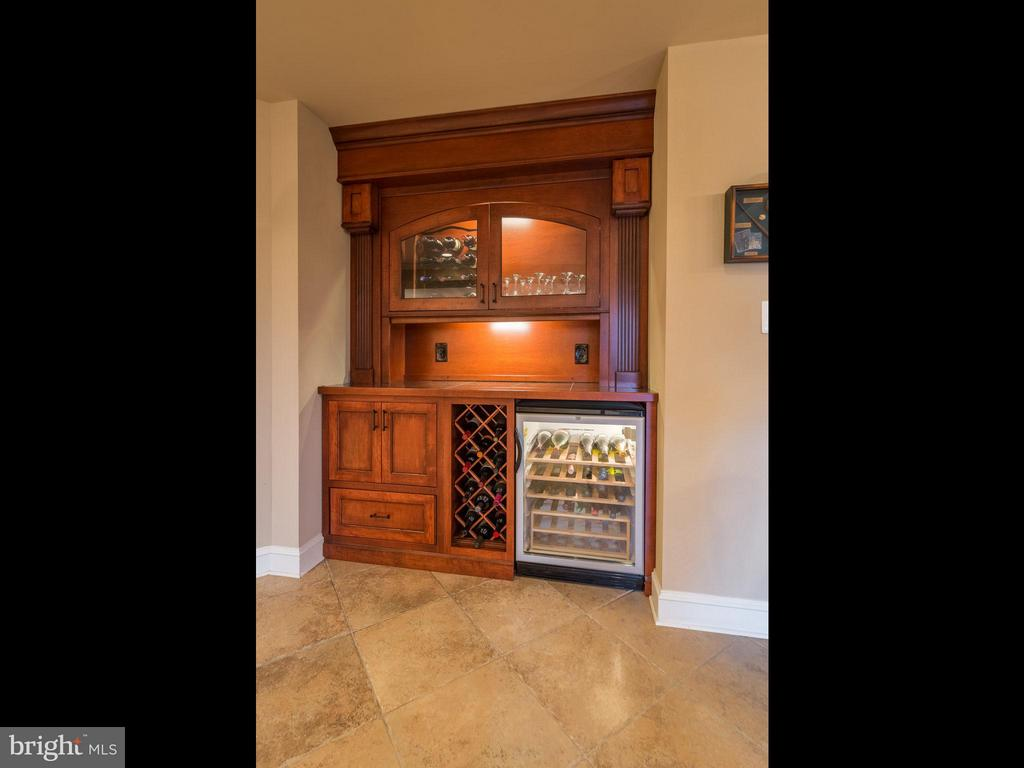 Custom wine bar and wine cooler - 19825 BETHPAGE CT, ASHBURN