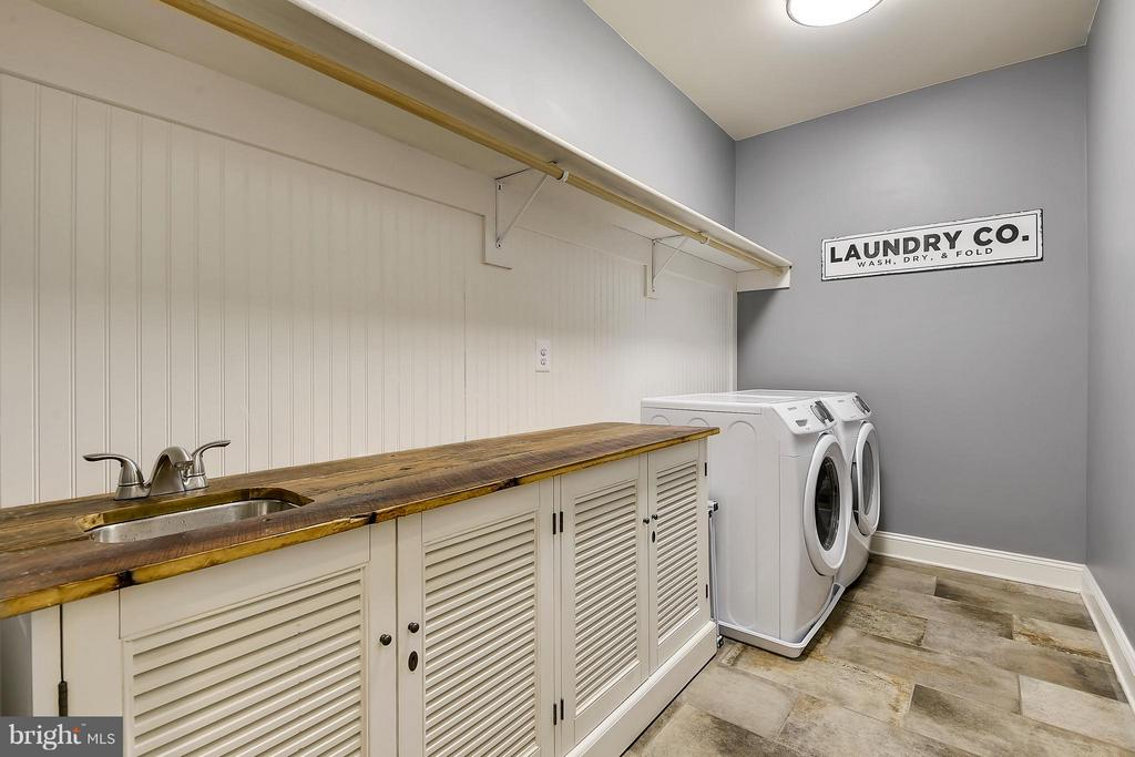 Bedroom Level Laundry w 100 yr barnwood accent - 13596 SOUTH SPRINGS DR, CLIFTON