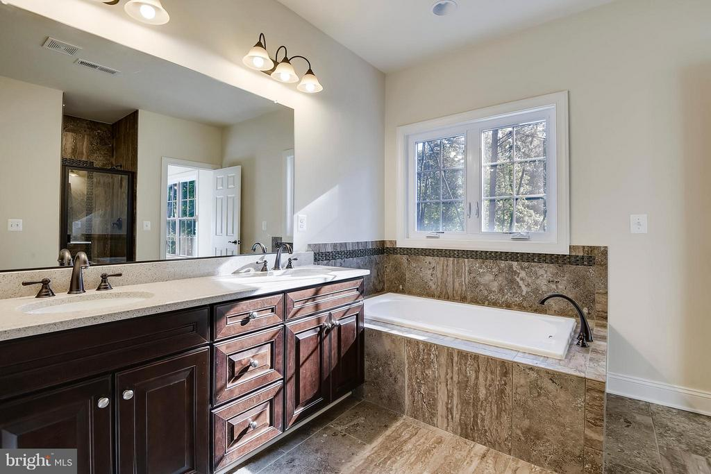 Upper level Jack & Jill w separate shower - 13596 SOUTH SPRINGS DR, CLIFTON