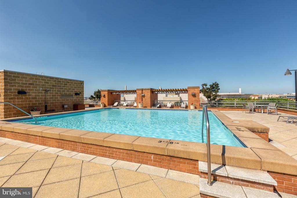 Rooftop pool with superior layout. - 616 E ST NW #1150, WASHINGTON
