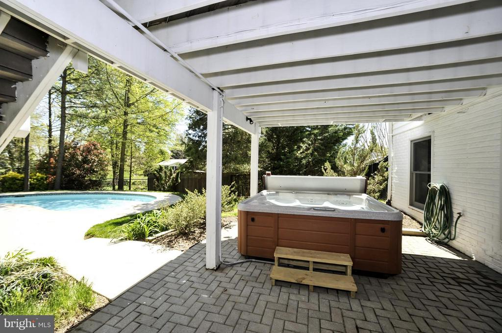 Covered patio with hot tub! - 5013 OX RD, FAIRFAX
