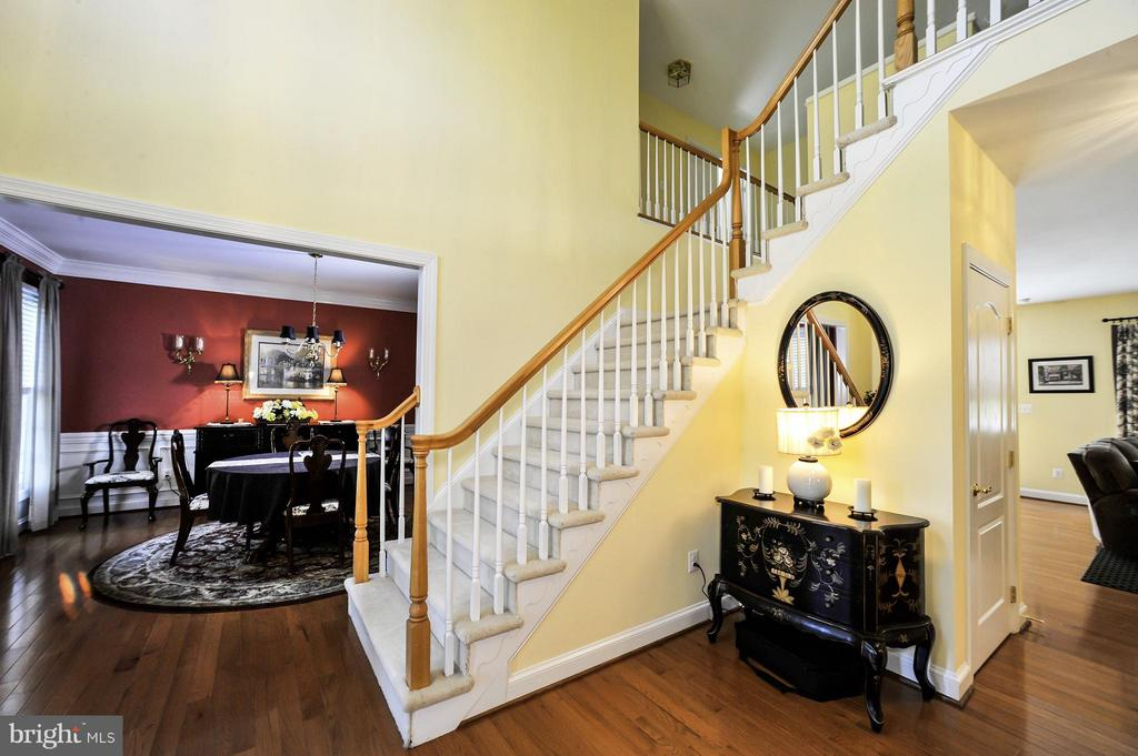 2 story foyer - 5013 OX RD, FAIRFAX