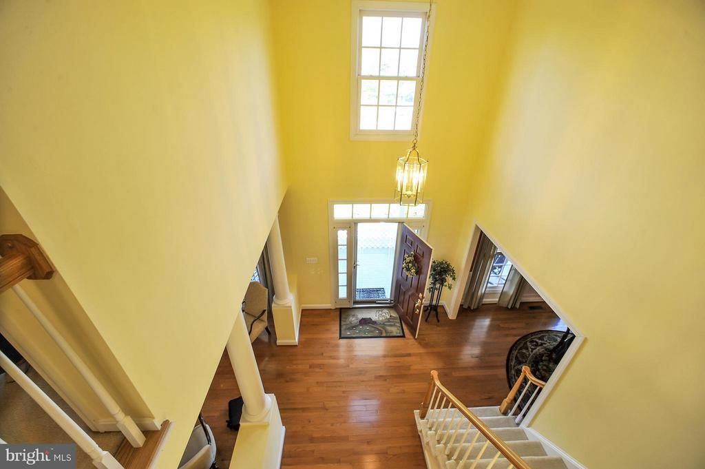 2 story foyer with front staircase - 5013 OX RD, FAIRFAX