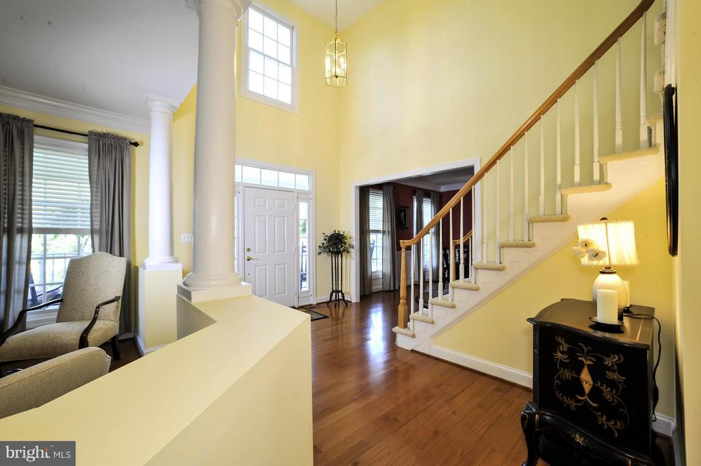 Sun filled open foyer with living room - 5013 OX RD, FAIRFAX