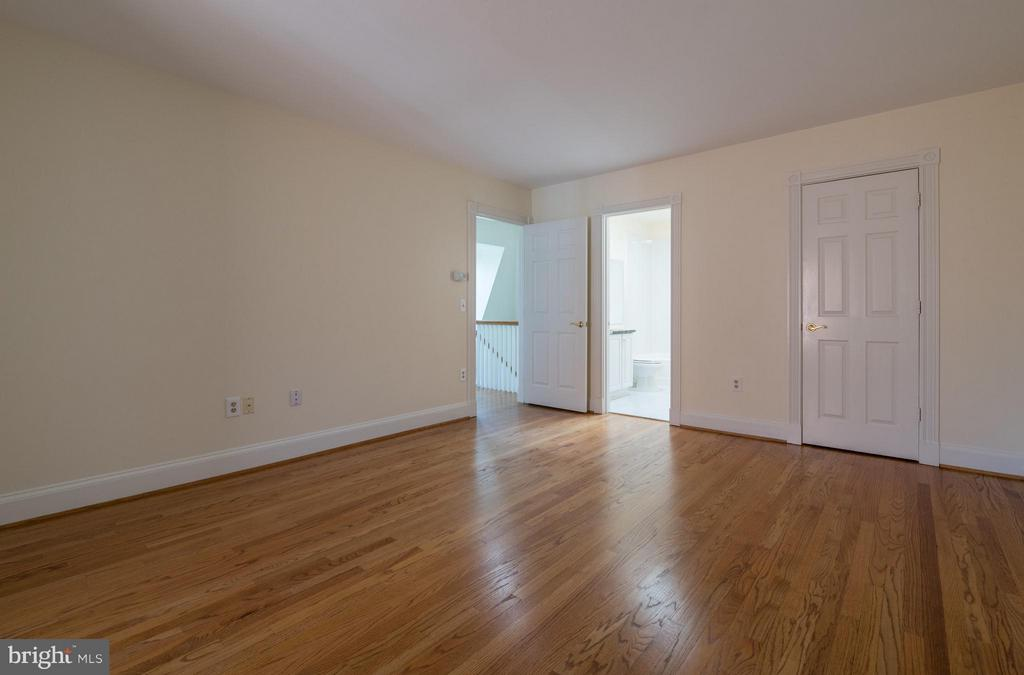 A vast walk-in closet and en suite bathroom - 130 COLUMBUS ST N, ALEXANDRIA