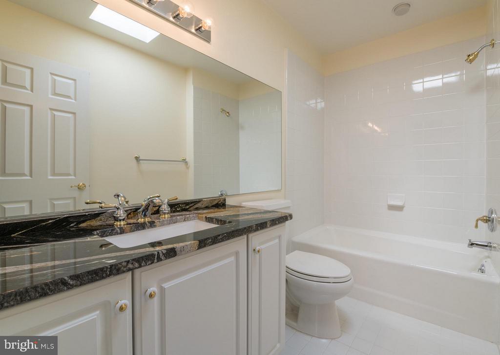 This sizable en suite bathroom features a skylight - 130 COLUMBUS ST N, ALEXANDRIA